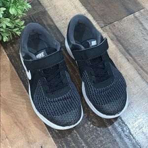 Nike boys sneakers gym shoes 2 wide black gray